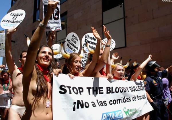 Honderden activisten uit de kleren om het leven van stieren te redden