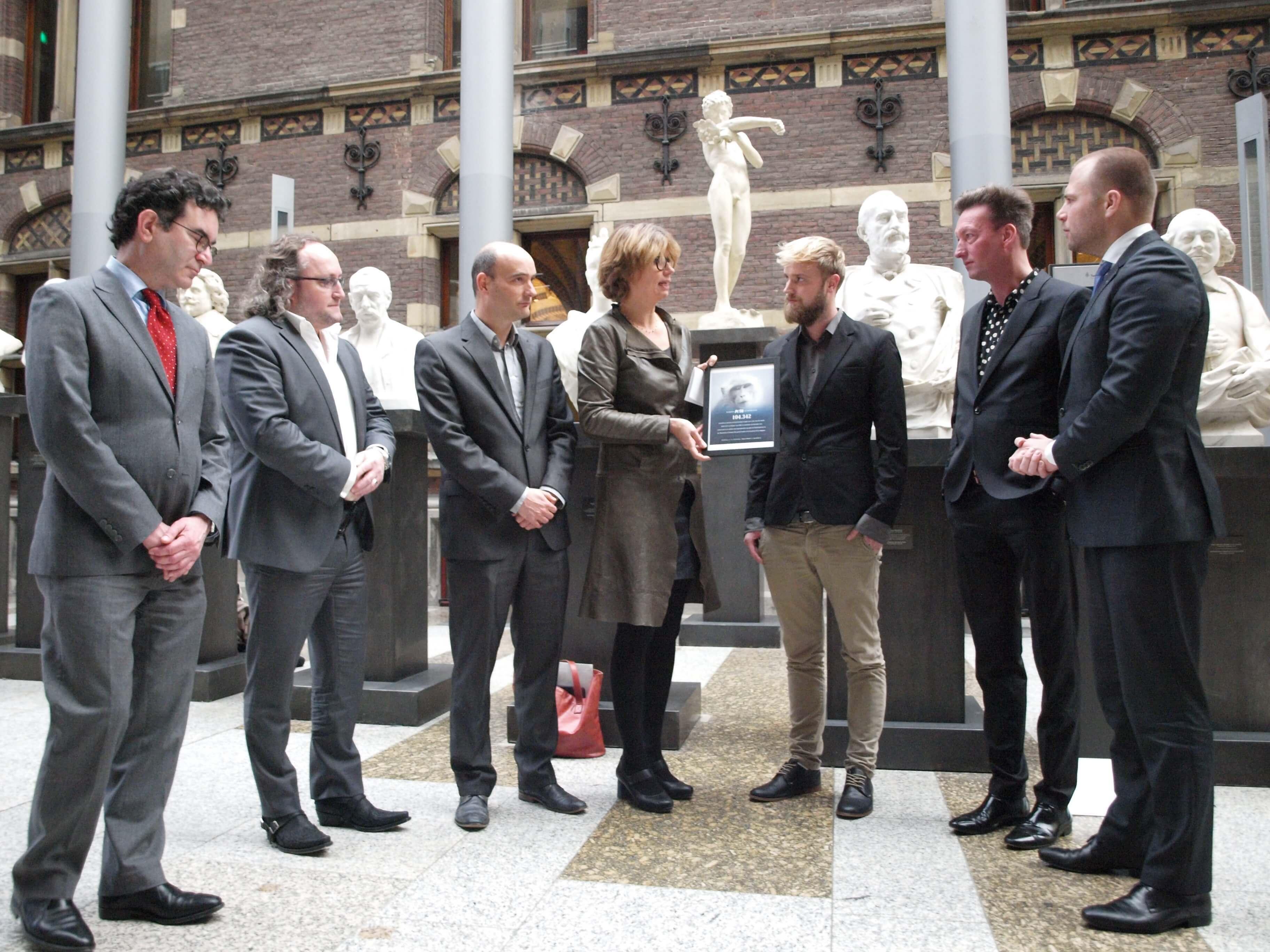 PETA Nederland overhandigt 100.000 handtekeningen tegen dierproeven aan Parlement