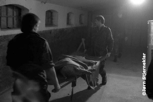 Het lichaam van het slachtoffer wordt weggedragen en 'opgeruimd'