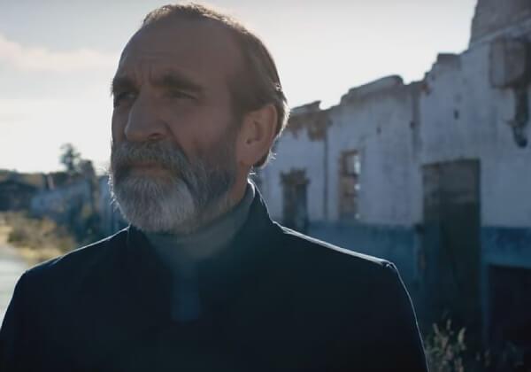 """""""Hoop"""": 'Schindler's List' acteur Jochen Nickel speelt in griezelige nieuwe video"""