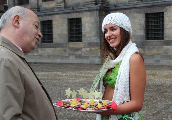 Sexy 'sla-meisjes' delen snacks van Vegetarische Slager uit ter ere van Wereld Veganisme Maand