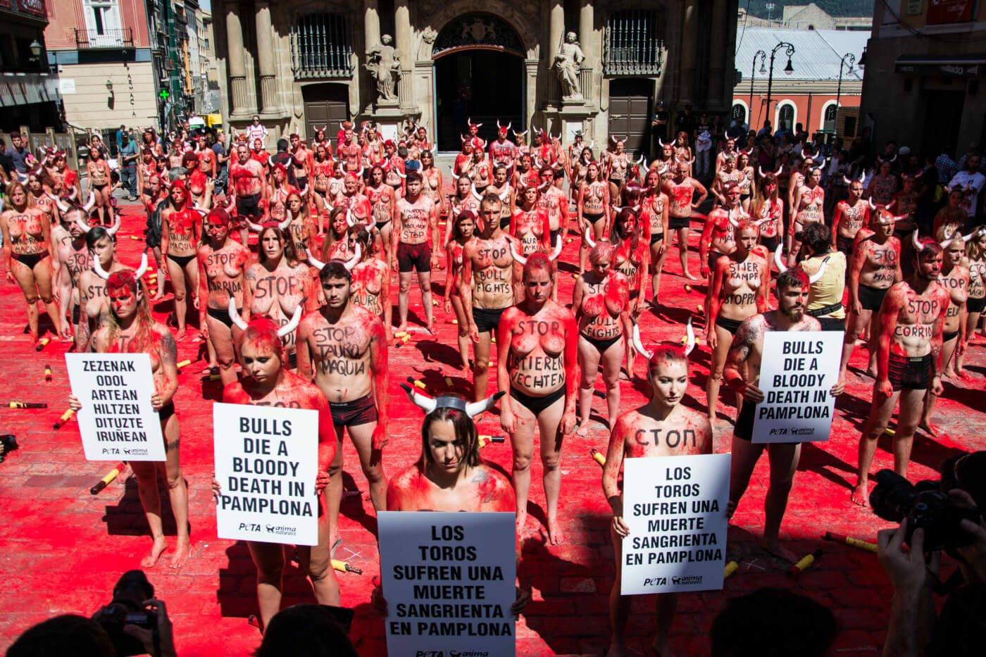 PETA-activisten vullen de lucht met 'bloed' om te protesteren tegen de marteling van stieren in Pamplona