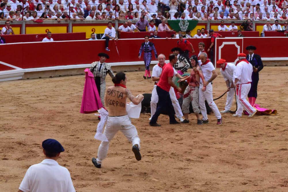 VIDEO: Activisten springen de arena in uit protest tegen wrede, barbaarse stierengevechten