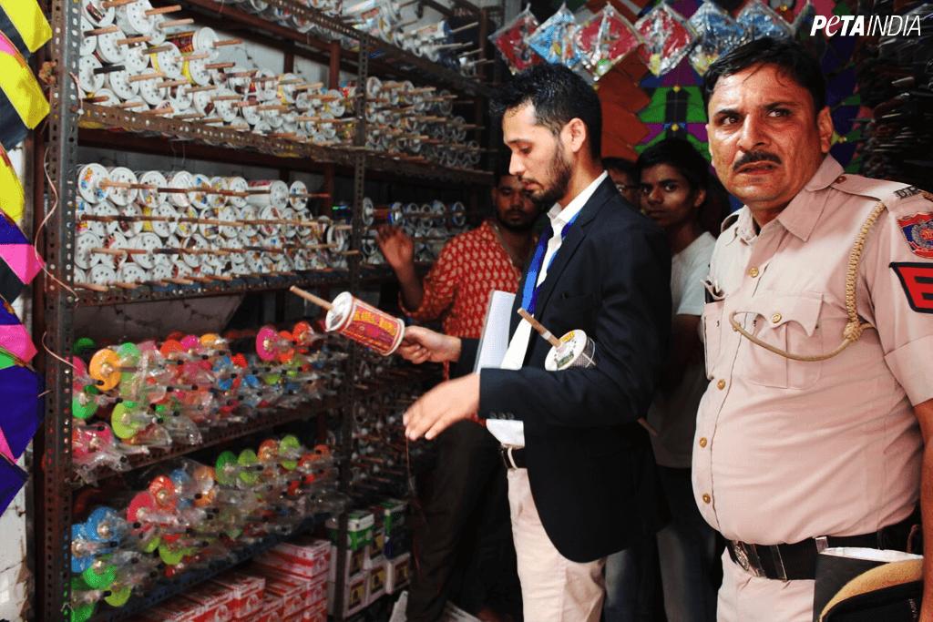 Politie van Delhi hoort van PETA India en neemt verboden manja in beslag bij winkels in de stad