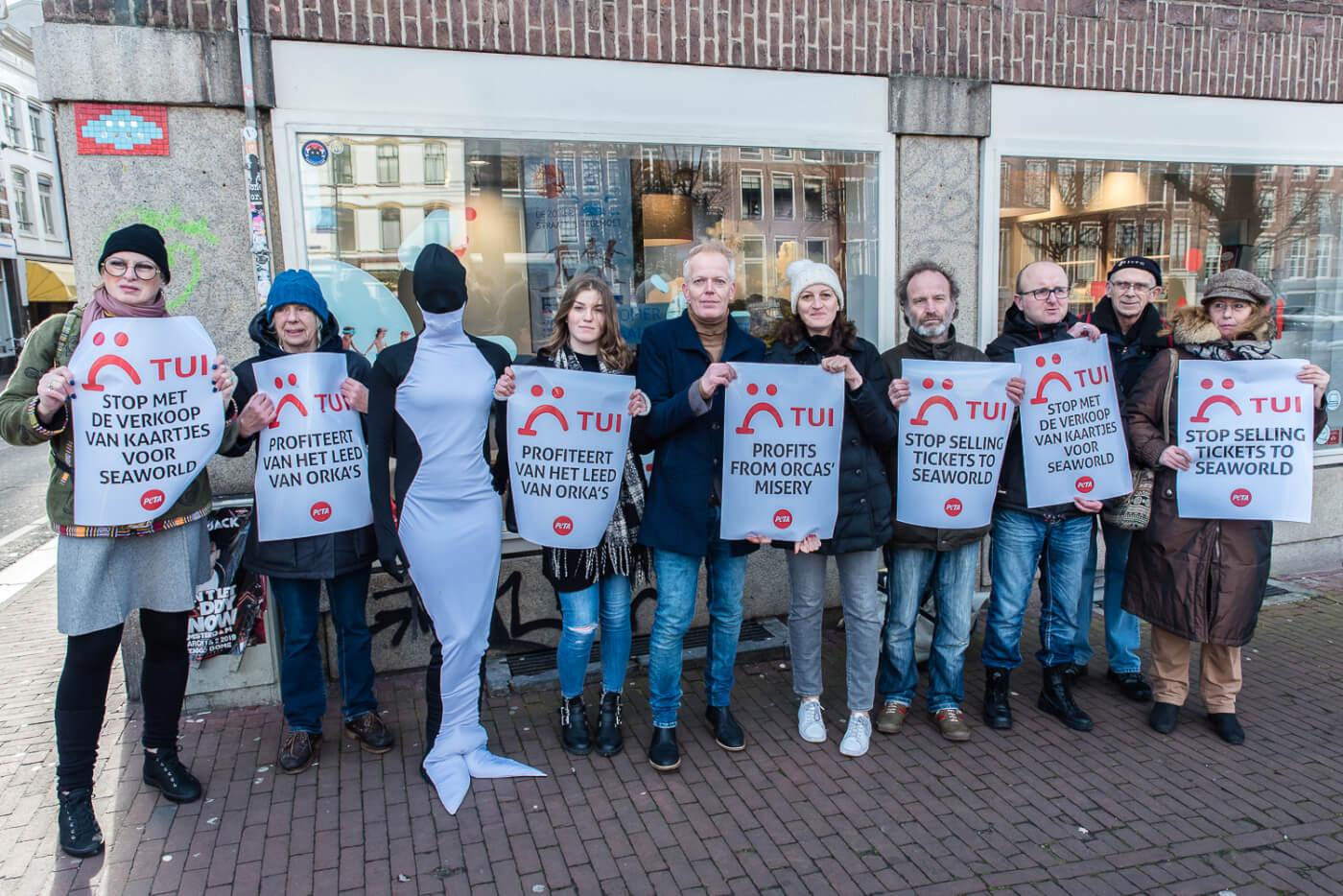 Internationale actiedag! PETA-aanhangers verzoeken TUI Group om alle banden met SeaWorld te verbreken