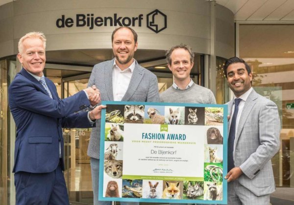 PETA bekroont de Bijenkorf voor het verbod van het warenhuis op bont, exotische huiden, mohair en angora