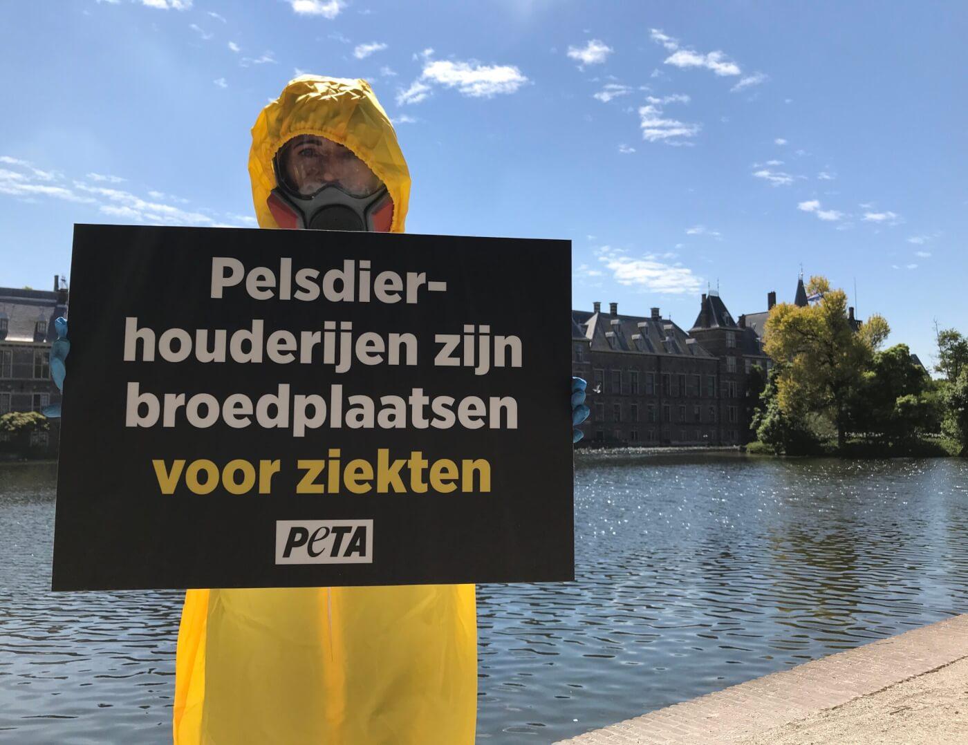 PETA-aanhangers gekleed in beschermende pakken eisen de sluiting van Nederlandse bontfokkerijen