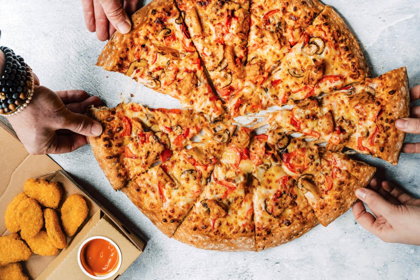 Vegan overwinning! Papa John's slaat handen ineen met Vegetarische Slager en biedt vegan kip aan voor thuisbezorging