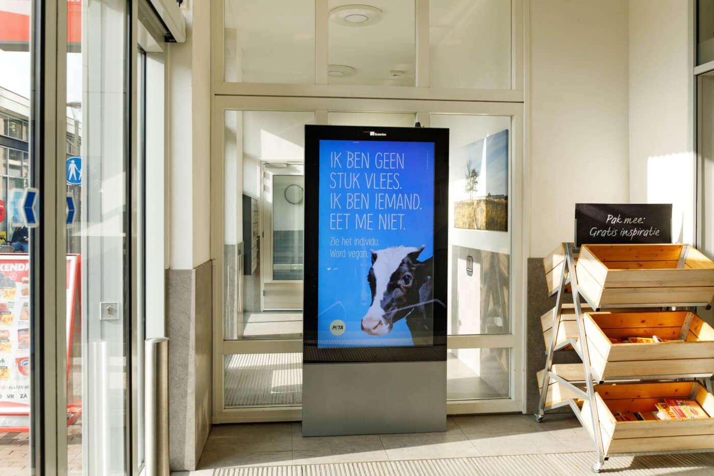 'Ik ben iemand, geen stuk vlees' op reclameborden in Epe na mishandeling in slachthuis